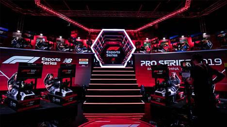 F1 Esports -sarjaa on ajettu Lontoossa, mutta korona on vienyt kisat nettiin. Tulevan kauden tarkemmista suunnitelmista ei ole vielä kerrottu.