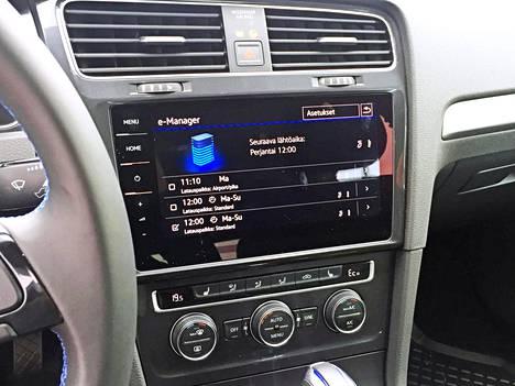 Latauksen voi ajastaa 9,2-tuumaisen kosketusnäytön kautta. Auto tottelee myös kännykkään ladattavaa mobiilisovellusta.