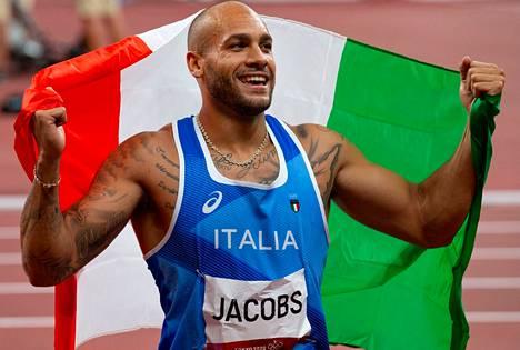 Lamont Marcell Jacobs tuuletti Italian trikolorin kanssa historiallista voittoaan.
