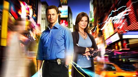Mac Taylor (Gary Sinise) ja Jo Danville (Sela Ward) tutkivat yhdessä rikospaikkoja C.S.I. New York -sarjan kolme viimeistä kautta.