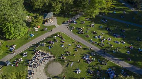 Lauantai-illan viettoa Helsingin Alppipuistossa 30. toukokuuta.