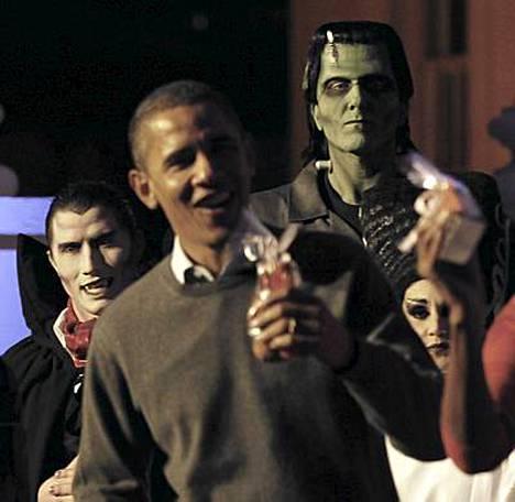 Kuva saattaa olla Halloween-juhlista, mutta presidentti Barack Obamaa väijyy oikeakin mörkö. Republikaanien vaalivoitto tarkoittaisi Obaman uudistuksille takapakkia.