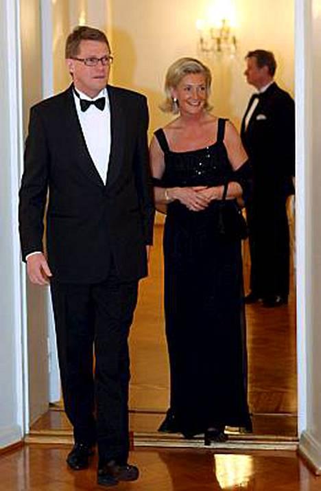 Matti Vanhanen ja Sirkka Mertala osallistuivat presidentti Tarja Halosen ja tohtori Pentti Arajärven järjestämille diplomaattipäivällisille 17. huhtikuuta.