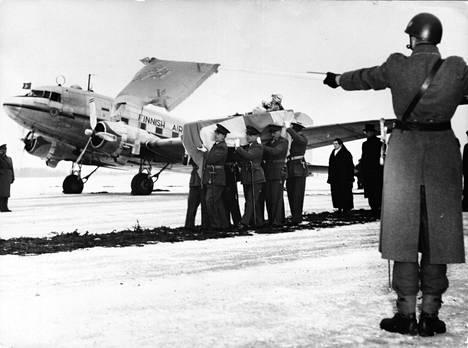 Mannerheimin arkkua siirretään Malmössä, jonne kone Sveitsistä laskeutui 31.1.1951. Arkku kuljetettiin seuraavana päivänä Helsinkiin.