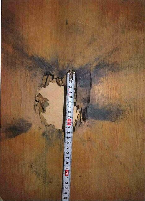 Ulko-ovessa oli reikä, jonka ympärillä oli nokijäämiä. Reikä oli halkaisijaltaan noin 10 cm.