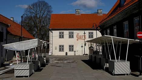 Kuressaaren kaupungin torilla oli autiota maaliskuun lopulla.