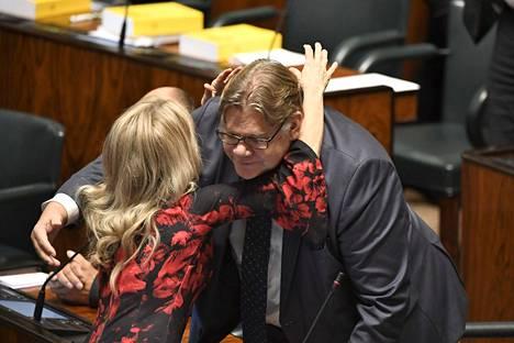 Päivi Räsänen halasi ulkoministeri Timo Soinia luottamusäänestyksen jälkeen. Räsänen sanoo, ettei voinut mitenkään ymmärtää, millaisen mekkalan Soinin vakaumus aiheutti.