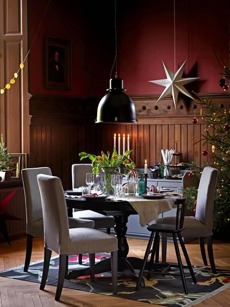 Ikean Vinter 2020 -mallisto tuo juhlapyhien viettoon ajatonta värimaailmaa. Sävyissä toistuvat tummanpunainen, tummanvihreä, kulta ja valkoinen. Paperiset Stråla-tähtivarjostimet lukuisine eri muotoineen tuovat valoa pimeisiin iltoihin ja heijastavat kauniita varjoja ympärilleen. Kuvassa Stråla, 4,99 euroa.