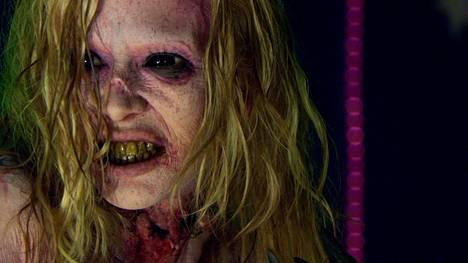 Pornotähtenä tunnettu Jenna Jameson esittää yhtä zombitartunnan saaneista strippareista.