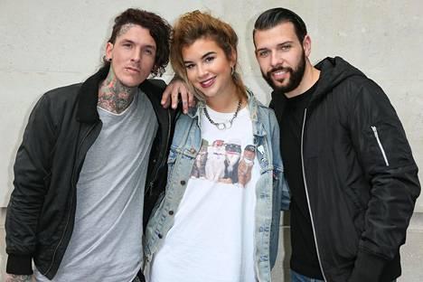 Kuvassa keskellä Tattoo fixers -ohjelman tatuoija Alice Perrin.