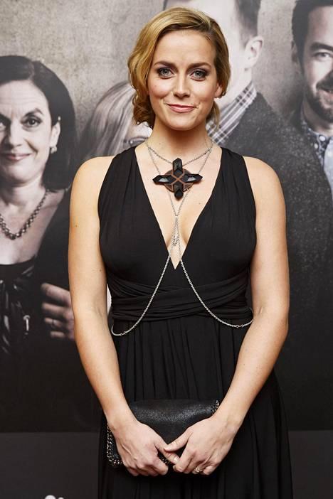 Näyttelijä Iina Kuustonen edusti uutuussarjan lehdistötilaisuudessa kauniissa juhlamekossa ja näyttävässä kaulakorussa.