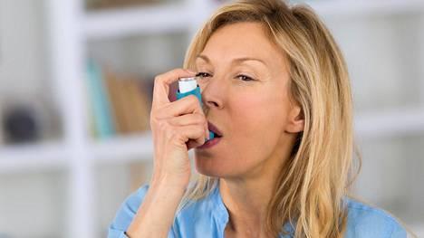 Lihavuus voi altistaa astmalle ja pahentaa astmaoireita, mutta tarkkaa selitystä ilmiölle ei ole löydetty.