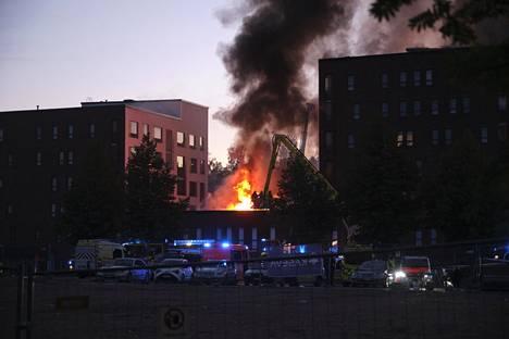 Palo levisi siivekkeen kautta toiseen kerrostaloon. Molemmat talot on tyhjennetty asukkaista.