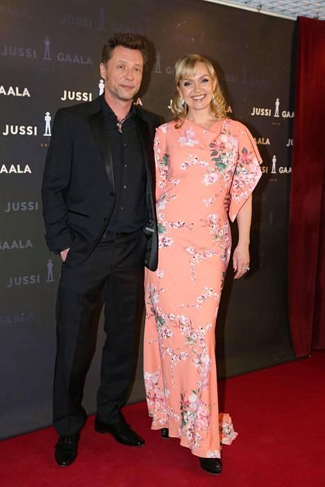 Antti Reini ja Anu Sinisalo saapuivat Jussi-gaalaan onnellisen oloisina.