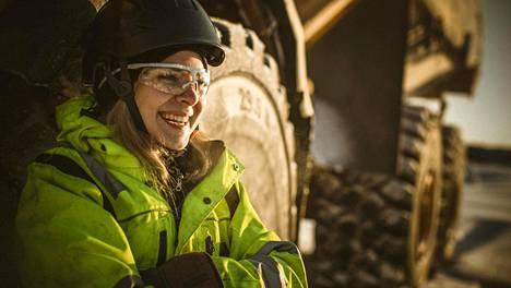 Korpilompolossa asuva Olivia Nikkalavainio on muuttanut omaan kämppään. Hän käyttelee suuria koneita Jällivaarassa, jossa työskentelevät myös isä ja veli.
