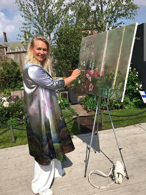 Taiteilija Johanna Oras on ensimmäinen maalari, joka nähdään maailmankuulussa puutarhanäyttelyssä.