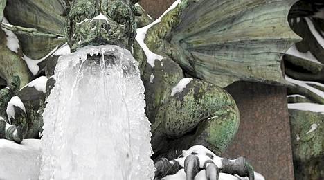Zürich, Sveitsi torstaina. Lohikäärmeveistos on saanut jääparran.