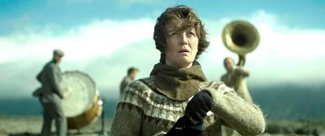 Kona fer i strid -elokuva kertoo ympäristöaktivistista (Halldóra Geirharðsdóttir), joka saa kuulla, että hänen adoptiohakemuksensa on hyväksytty.
