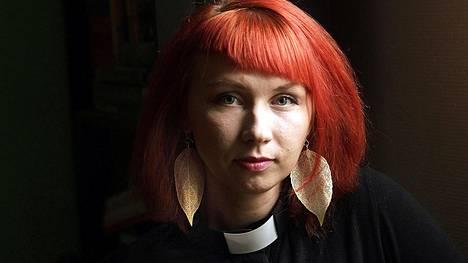 Pastori Marjaana Toiviainen kirjoittaa julkisesti Facebookissa, ettei osaa päättää muuttaako Tansaniaan vai jäädäkö Suomeen.