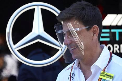 Mercedeksen tallipäällikkö Toto Wolff nähtiin viikonloppuna varikolla koko kasvot peittävä suojus päässään.