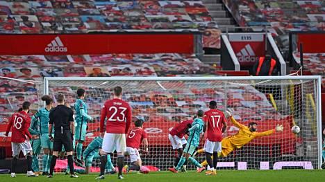Bruno Fernandesin vapaapotku upposi aivan Liverpoolin maalin tolpan juureen.