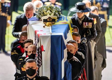 Kuningatar Elisabetin puoliso prinssi Philip siunattiin lauantaina haudan lepoon.