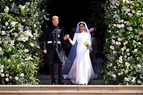 Harryn ja Meghanin häitä juhlittiin 19.5. On väitetty, että kuningatar Elisabet olisi paheksunut jo kerran naimisissa olleen Meghanin päätöstä pukeutua valkoiseen hääpukuun.