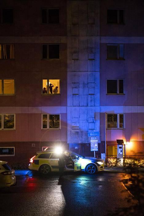 Lapset seurasivat ikkunasta uteliaana, kun poliisi vieraili keskiviikkoiltana Tingvallavägenillä sijaitsevan kerrostalon pihalla.