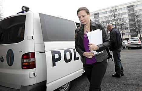 Anneli Auer saapumassa käräjäoikeuden istuntoon huhtikuussa.