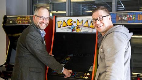 Professori Panu Kalmi ja pelitutkija Olli Raatikainen Vaasan yliopistosta etsivät taloutta opettavia pelejä.