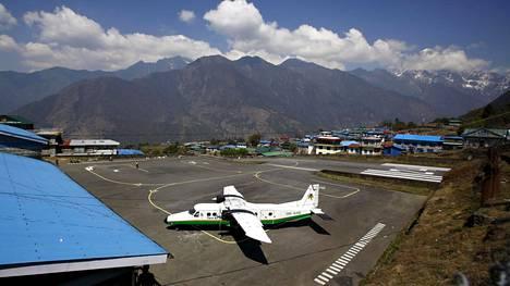 Tara Airin lentokone kuvattiin lentokentällä Nepalissa Solukhumbun alueella 25.4.2014.