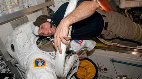 Mike Hopkins tarkisti avaruuspukunsa ennen kuin hän astui avaruusaseman ulkopuolelle.