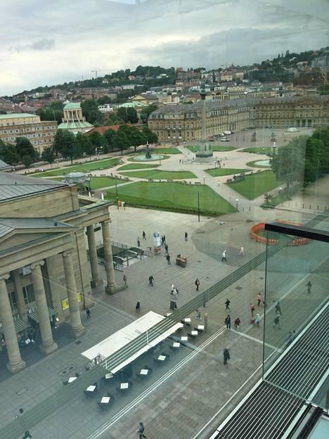 Taidemuseon ylimmästä kerroksesta voi ihailla Stuttgartin maisemia.