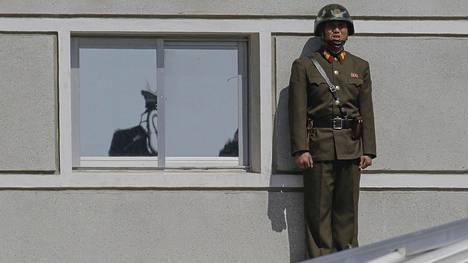 Pohjoiskorealainen sotilas Koreoiden välillä olevalla demilitarisoidulla rajavyöhykkeellä.