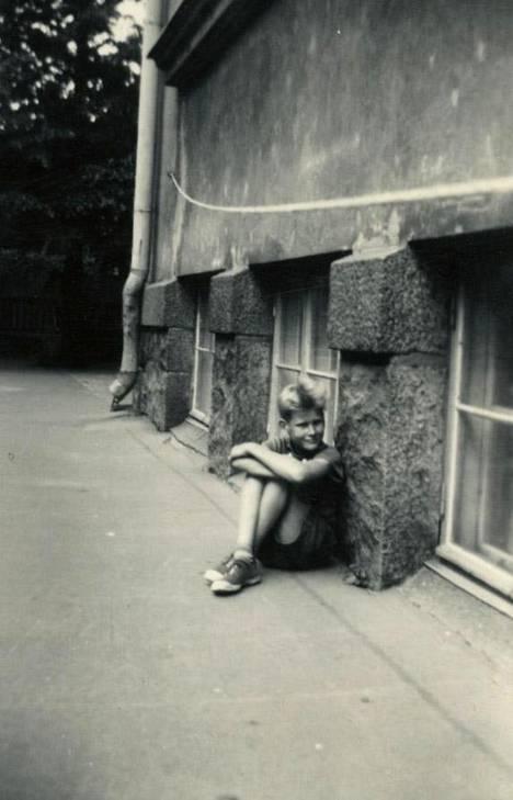 Nuori Frederik oli vilkas pojankoltiainen. Kuvassa hän odottaa lisärangaistusta opettajaltaan kiusattuaan tyttöjä Kaisaniemen kansakoulussa.