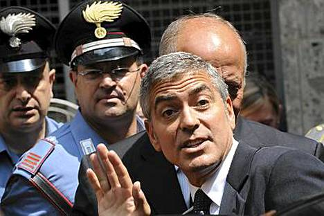 Clooney kutsuttiin todistamaan kolmea syytettyä miestä vastaan, jotka olivat käyttäneet näyttelijän nimeä vaateketjunsa markkinoinnissa.