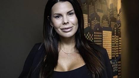 Suvi Pitkänen on seurannut viime vuosien kauneustrendejä ja ottanut huuliinsa täytettä.