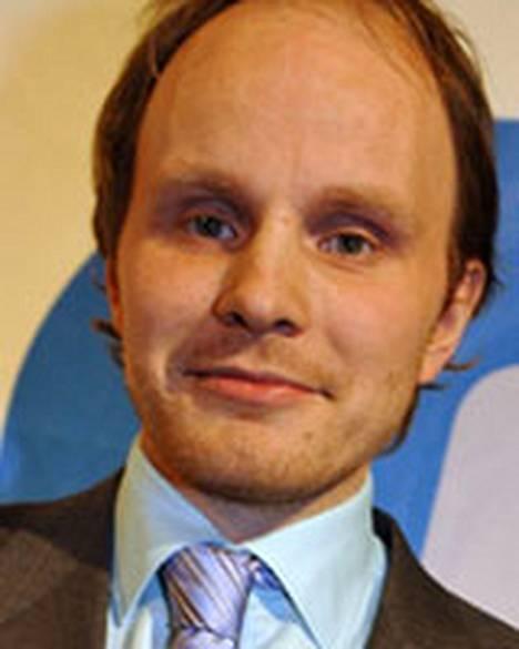 Ohjaaja Dome Karukoski muiskautti kunnon suudelman pääministeri Matti Vanhasen korvan juureen eilisiltana Jussi-gaalassa.