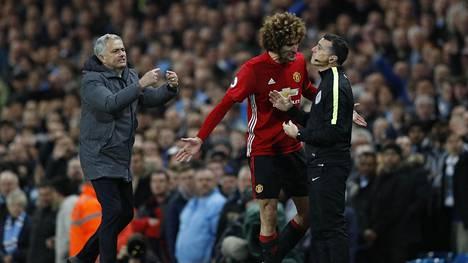 José Mourinho ja Marouane Fellaini protestoivat punaista korttia voimakkaasti.