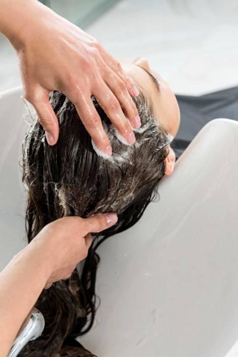 Pesutekniikalla on väliä: shampoota ei saisi läntätä keskelle päälakea ja alkaa levittää sieltä.