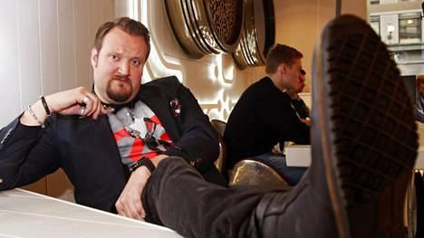 Sami Hedberg oli hotellissa töissä 8 vuotta ennen koomikon ja näyttelijän uransa käynnistymistä. Hän ammentaa tuoreessa roolissaan myös omia kokemuksiaan työelämästä.