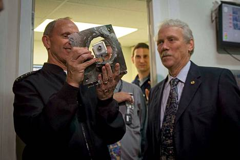 Laivaston tutkimuskeskuksessa esitellään teräslevyä, joka oli uuden raidetykin kohteena.