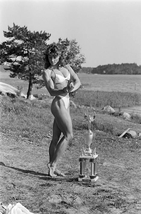 """Myös Ritva """"Kike"""" Elomaa poseerasi V. K. Hietaselle. Kehonrakennuksen vuoden 1981 Euroopan mestari Elomaa tunnetaan nykyään myös perussuomalaisten kansanedustajana."""