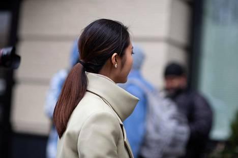 Pitkähiuksinen voi tehdä tavallisen poninhännän tai jättää latvat kiepille hiuslenkin alle.