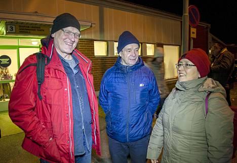 Jarmo Tuuva (kesk.) tuli hakemaan lentokentältä ystäviään Esko Heinoa ja Teresita Montoyaa. Koko kolmikko suhtautuu koronan uhkaan maltillisesti.