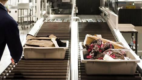 Helsinki-Vantaan lentokentälle perjantaina tullut matkustaja kertoi, että aamulla piti ottaa esille kaikki elektroniikkaan viittaava otettava turvatarkastuksessa. Vaatimus koski latureita, partakoneita ja adaptereita.