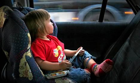 Autolla matkustettaessa lasten turvallisuudesta on huolehdittava tarkoin.