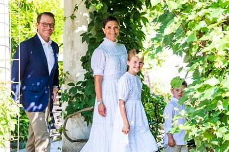 Koko kruununprinsessan perhe oli pukeutunut kesäisesti viettämään Victorian syntymäpäiviä.