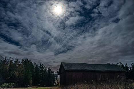 """""""Metsästäjän kuu"""" näyttäytyi välillä hienosti pilvien lomasta Maskussa. Kuva otettu kello 23.30."""