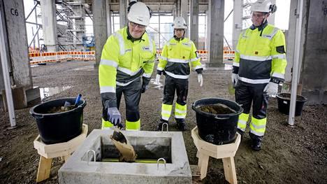 Kemin jättitehtaan peruskiven muurasivat Metsä Fibren toimitusjohtaja Ismo Nousiainen, biotuotetehdasprojektin johtaja Jari-Pekka Johansson ja työmaan yhteyshenkilö Mika Vuoti. Koronaturvallisuuden takaamiseksi peruskivi muurattiin ilman kutsuvieraita.